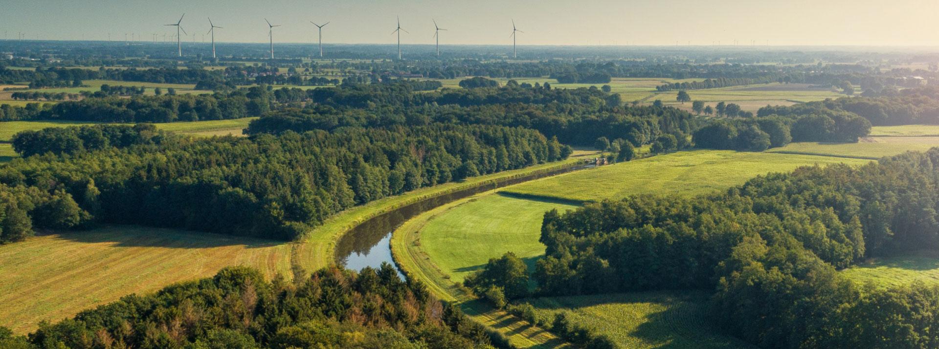 Große Aue mit Blick auf Windkrafträder